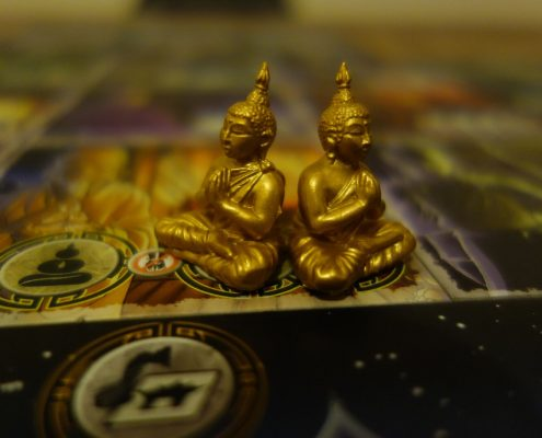 Zwei Buddhas aus dem kooperativen Brettspiel Ghost STories von Repos Production